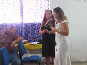 Prefeita Isabella interage com a população-