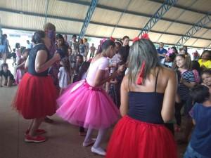 Bailarinas divertem as Crianças com danças;