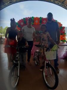 Prefeita Isabella Alves Simas Pereirae Vereador Geferson Sá entregam bicicletas a crianças sorteadas;