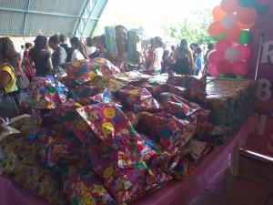 Muitos brinquedos para distribuição;