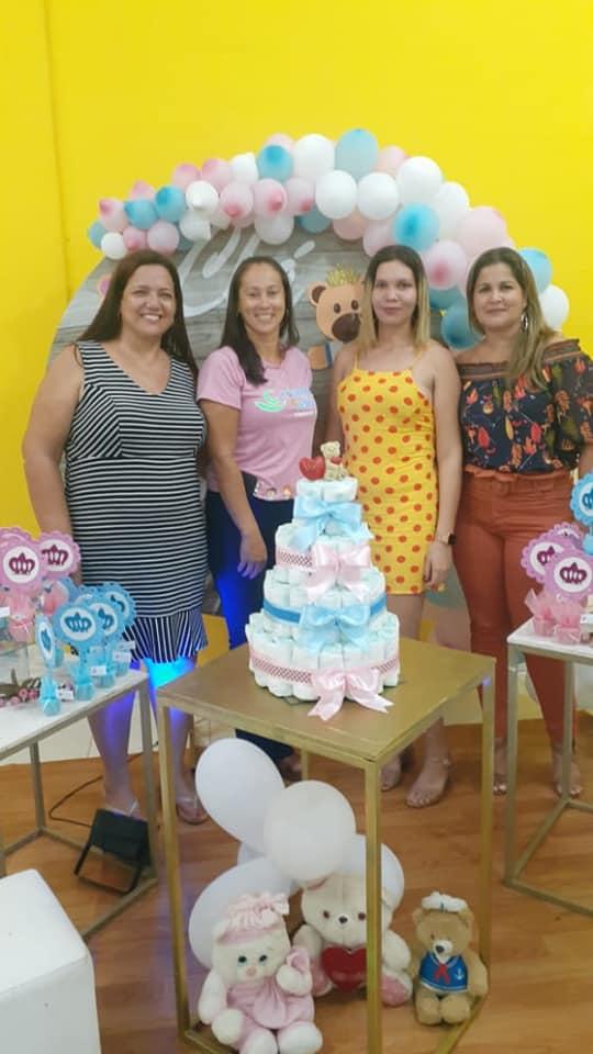 Grávida recebendo homenagem da Prefeita Isabella Simas, e Secretária de Ass. Social.