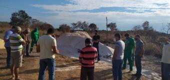 Prefeito Marquinho, juntamente com Secretário de Agricultura realiza a entrega de Calcário no P.A Canaã