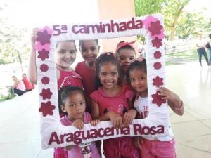 Crianças apoiando o Outubro Rosa